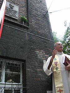Uroczystego poświęcenia tablicy dokonał ks. prałat Stanisław Puchała