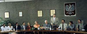 Wśród zgromadzonych stoi prof. dr hab. Marian Kisiel - Dyrektor Instytutu Nauk o Literaturze Polskiej, po jego prawej stronie siedzi Jubilat