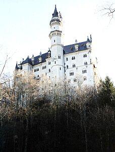 Majestatyczna bryła zawieszonego na skale zamczyska zainspirowała disneyowskich producentów - twórców ''Fantasylandu''