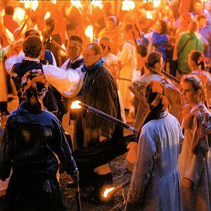 Festiwalowy korowód płynie ulicą Wolności (2002)