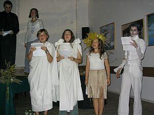 Studenci letniej szkoły inscenizują ''Dziady'' A. Mickiewicza.