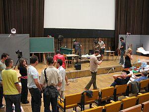 Przygotowania do poszczególnych scenek w auli WRiTV.