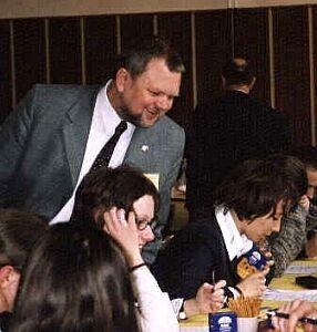 Pan dyrektor PIG OG Albin Zdanowski zagląda przez ramię uczennicy