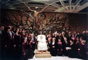 Papież Jan Paweł II w otoczeniu delegacji z Uniwersytetu Śląskiego