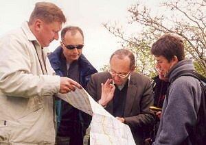 Pochyleni nad mapą: dr Mieczysław Leśniok, dr Damian Absalon i prof. Patrice Paul
