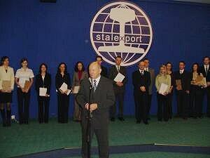 Senator RP Adam Graczyński gratulujący stypendystom podczas uroczystości w siedzibie Stalexportu (jednego z fundatorów)