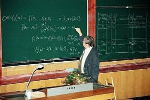 Prof. dr hab. Roman Ger w trakcie jednego z okolicznościowych wykładów.