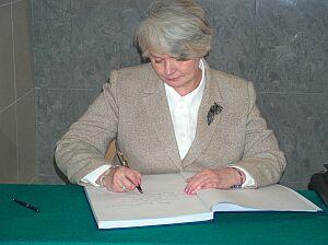 Minister Edukacji Narodowej i Sportu Krystyna Łybacka wpisała się do księgi pamiątkowej...