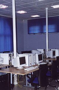 Studenci mają wolny dostęp do wspaniale wyposażonych pracowni komputerowych z bezpłatnym dostępem do Internetu
