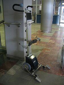 Schodołaz - urządzenie umożliwiające niepełnosprawnym na wózkach inwalidzkich pokonywanie barier architektonicznych