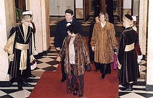 Gości witali w drzwiach członkowie SZPiT ''Katowice'' w strojach z epoki Księstwa Warszawskiego