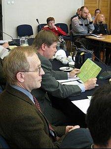 Od lewej siedzą Prorektor UŚ ds. kształcenia prof. dr hab. Wojciech Światkiewicz oraz JM Rektor UŚ prof. dr hab. Janusz Janeczek