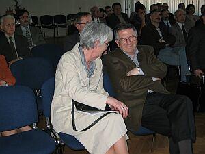 Była Dyrektor Biblioteki Uniwersytetu Śląskiego w Katowicach mgr Wanda Dziadkiewicz uważa, że Biblioteka powinna być salonem intelektualnym miasta. Na zdjęciu w trakcie rozmowy z Prorektorem ds. Ogólnych prof. zw. dr. hab. Jerzym Zioło .