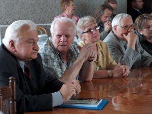 Na pierwszym planie siedzą od lewej: prof. prof. Ireneusz Opacki i Włodzimierz Wójcik