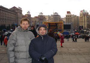 dr Marek Migalski i dr Tomasz Pietrzykowski na placu Niepodległości w Kijowie