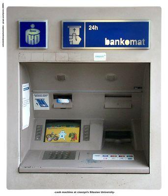 Wydruk w skali 1:1 bankomatu, sfotografowanego na  Uniwersytecie Śląskim, a następnie umieszczony  na Uniwersytecie Sztokholmskim (Wydruki cyfrowe, instalacja: Joanna Rzepka).