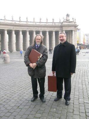 Prof. dr hab. Tadeusz Sławek i prof. dr hab. Wiesław Banyś z darami dla Ojca Świętego