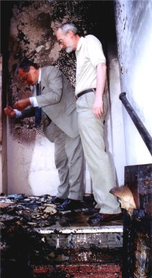 Ambasador RP w Argentynie Sławomir Ratajski i Konsul RP w Buenos Aires Andrzej Czub z zatroskaniem oglądają szkody, jakie poczynił pożar