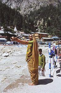Hinduska modląca się nad świętym Gangesem w Gangotri