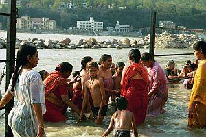 rytualna kąpiel kobiet w Gangesie-Ghat w Risikesh