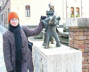 Mgr Małgorzata Rygielska ze słoniem - symbolem jednej z dzielnic Sieny