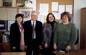 Od prawej stoją: dr Helena Mankiewicz, dr Danuta Krzyżyk, prof. Czesław Bieńkowski (Prezes PTN)