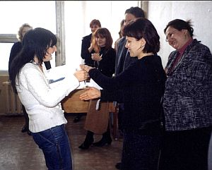 Wręczenie głównej nagrody Irynie Hernovich, od prawej stoją: dr D. Krzyżyk, mgr Wioletta Hajduk-Gawron