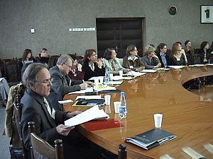Międzynarodowe grono uczestników konferencji w sali Rady Wydziału Filologicznego