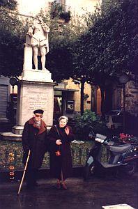 Profesor Janusz Pelc z żoną prof. Pauliną Buchwald-Pelcową przy pomniku T. Tassa w Sorrento (grudzień, 1992 r.)