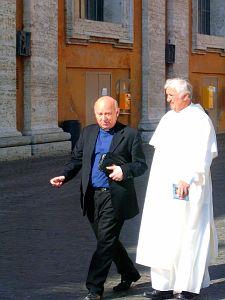 W watykańskich zaułkach można spotkać wiele ciekawych osób. Na zdj. z prawej o. Konrad Hejmo