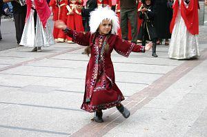 Malutka przedstawicielka Gruzińskiego Zespołu Tańca 'Ocnieba-Dżejrani' z Tbilisi