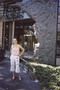 Autorka przy wejściu do budynku Max-Planck-Gesellschaft w Monachium