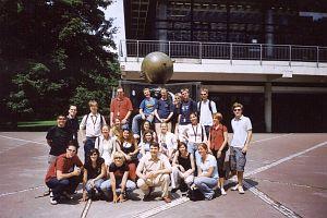 Patio Ludwig-Maximilians-Universitaet (na zdjęciu uczestnicy z RPA, Honaldii, Niemiec, Polski, Turcji, Szwajcarii, Austrii, Rosji, Czech i Grecji)