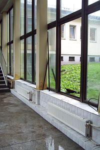 okno zniszczone przez powódź