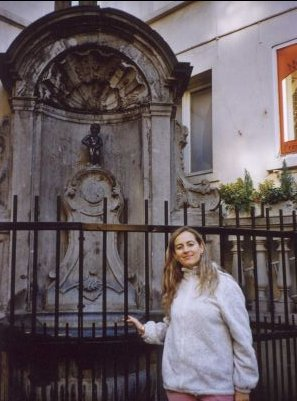 Autorka przy symbolu Brukseli - Manneken Pis