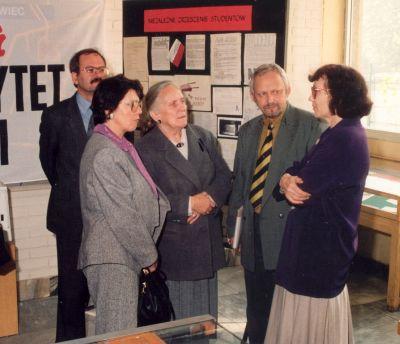 Wystawa z okazji XV rocznicy powstania NSZZ ''Solidarność''. Od lewej: Jan Jelonek, Elżbieta Krawczyk, Halina Chełkowska, Adam Kasprzyk, Urszula Burzywoda