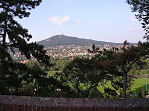 Nitra, widok na wzgórze Zabor z charakterystyczną  wieżą telewizyjną