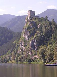 Przełom Wagu pod zamkiem Strečno (okolice Žiliny)