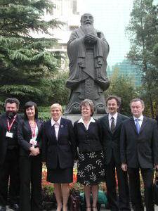 Pod pomnikiem Konfucjusza, znajdującym się na terenie Renmin University of China w Pekinie