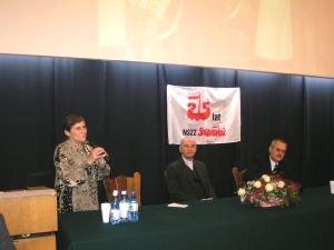 Prezydium debaty, od lewej: Ewa Żurawska, duszpasterz akademicki ks. Stanisław Puchała, kanclerz UŚ Jan Jelonek