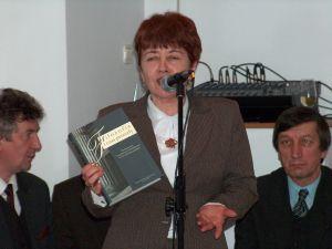 Profesor Barbara Szotek wręczyła Jubilatowi księgę pamiątkową