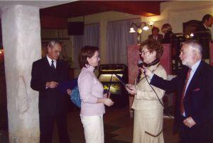 Przedstawiciel Wydawnictwa UŚ odbiera wyróżnienie na Targach Atena 2005 w Warszawie