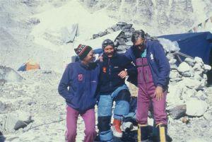 2 stycznia 1989 roku w bazie pod Everestem po solowym, zimowym wejściu Krzysztofa Wielickiego na Lhotse. Na zdj. od lewej: Leszek Cichy, Krzysztof Wielicki i Andrzej Zawada