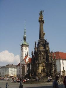 Górny rynek w Ołomuńcu, kolumna Trójcy Świętej i renesansowy ratusz