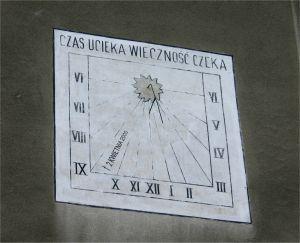Zegar na ścianie wadowickiego kościoła, to właśnie tę inskrypcje widział Jan Paweł II z okien swojego pokoju i wielokrotnie nad nią rozmyślał (o czym sam wspominał). Po Jego śmierci na zegarze pojawiła się data 2 kwietnia 2005 roku