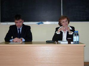 Prof. dr hab. T. Łoś-Nowak i dr A. Dybczyński przedstawiali klasyczne i bardziej rewolucyjne koncepcje przyczyn wojny