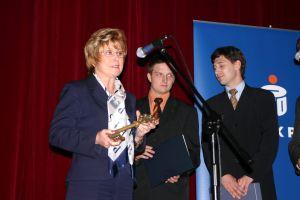 Wiceprezydent miasta Katowic Grażyna Szołtysik przekazuje studentom klucz do miasta