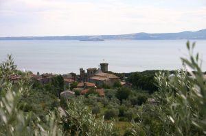 Lago di Bolsena położone na granicy Umbrii i Toskanii