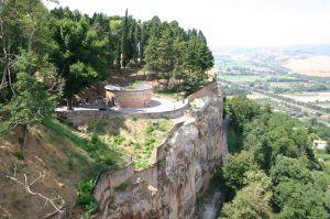 Granice Orvieto są wyraźnie widoczne – wyznaczają je pionowe ściany wzgórza, na którym usytuowane jest miasto. Na zdjęciu widać także studnię św. Patryka (II Pozzo di San Patrizio)