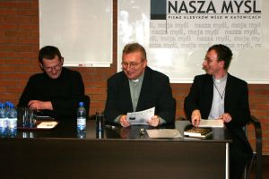 Od lewej: Konrad Hasior, ks. prof. dr hab. Jerzy Szymik, Damian Kalemba